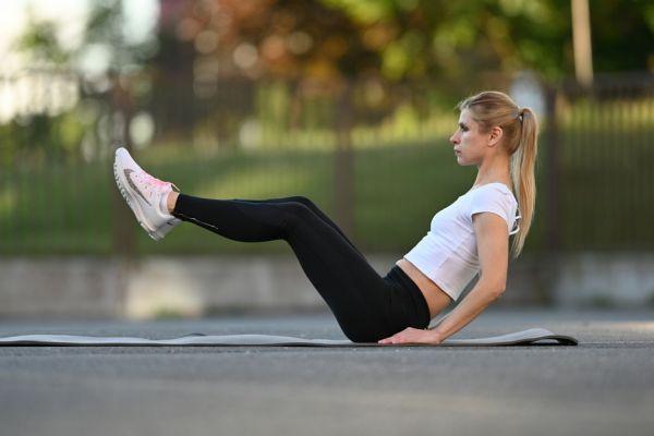 Přitahování a natahování nohou – výchozí pozice (dynamický cvik)