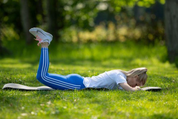 Cviky na zadek – razítko oběma nohama najednou